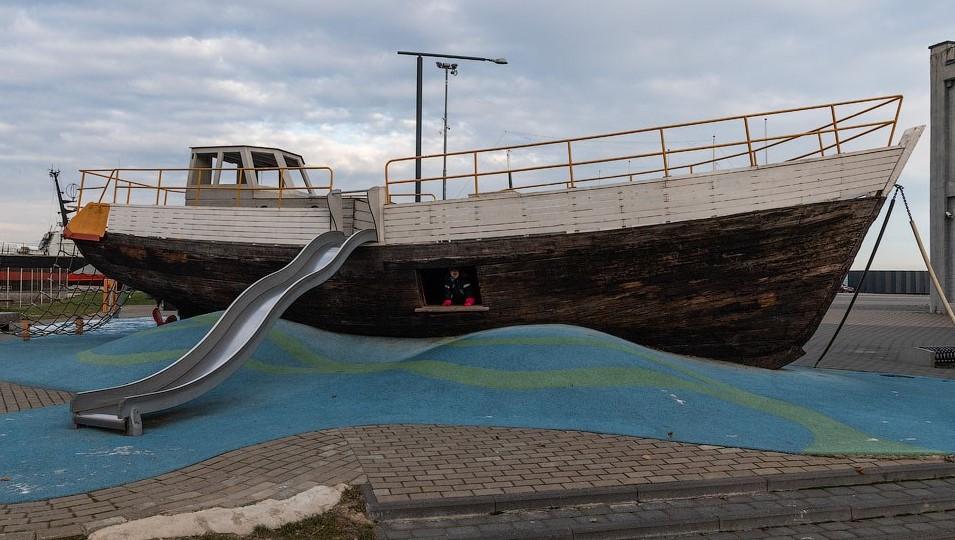 Старая лодка как элемент детской площадки